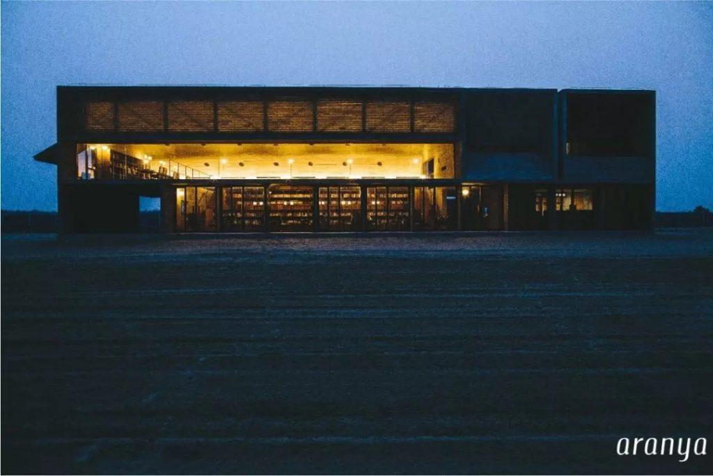 阿那亚海边孤独的图书馆